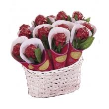 Rosas rojas de chocolate con leche en una cesta. 14 rosas de 20 g